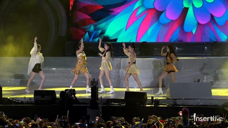 Penggemar terus berteriak selama penampilan Red Velvet.