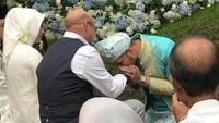 <p>Ammar terlihat takzim mencium tangan sang mertua. (Foto: Hanif Hawari/detikHOT)</p>