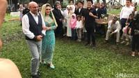 <p>Bella nampak digandeng sang ayah,Yris Jetty Dirk de Beulemenuju ke tempat Ammar berdiri.(Foto: Hanif Hawari/detikHOT)</p>