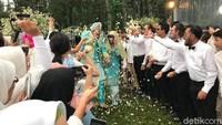 <p>Melansir <em>detikcom</em>, adik kandung Irish Bella menjadi wali nikah, untuk menggantikan sang ayah, Bun. (Foto:Hanif Hawari/detikHOT)</p>