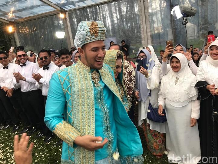 Ammar Zoni resmi mempersunting Irish Bella hari ini. Intip yuk, keromantisan pernikahan mereka yang mengusung adat Minang.