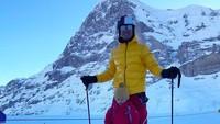<div>Kata Mama Jessica, foto ini diambil saat<em> Uncle</em> Richard mengajari El main Ski, Bun. (Foto: Instagram @inijedar)</div><div></div>