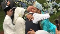 <p>Setelah itu, Ammar nampak memeluk ayah Irish Bella. Wah mengharukan ya, Bun. (Foto: Hanif Hawari/detikHOT)</p>
