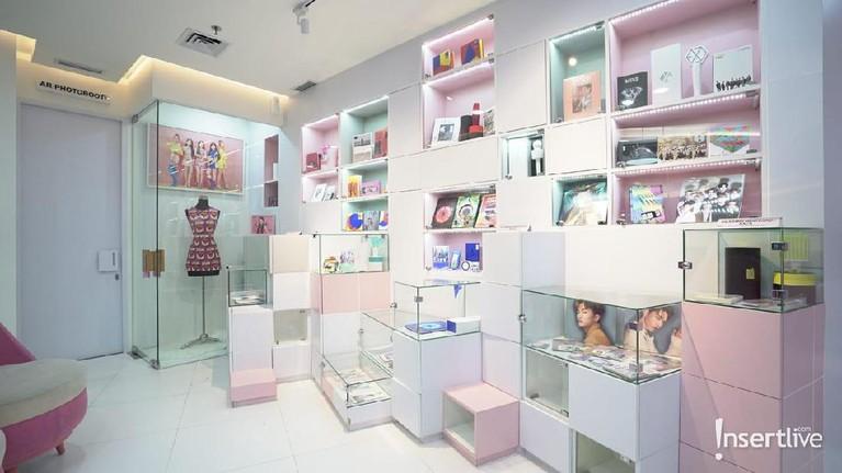 Tentunya kantor SM Entertainment dipenuhi dengan berbagai merchandise dari para idol.