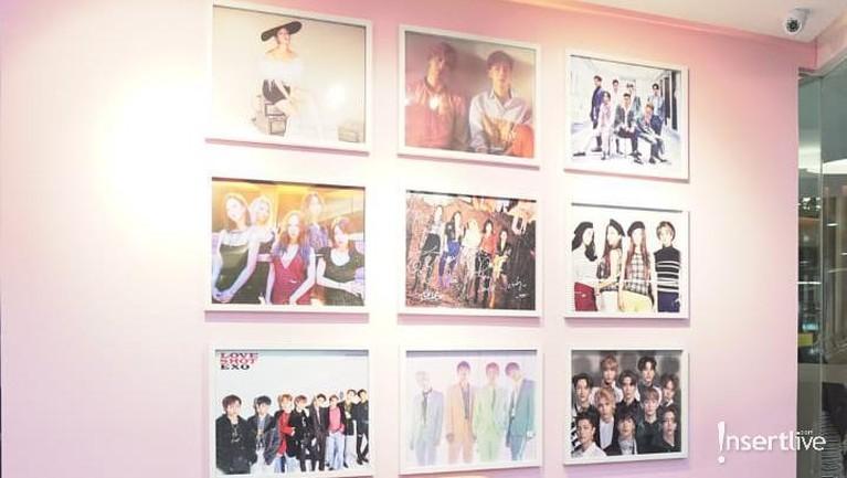 Tampak pula beberapa foto dari idol-idol ternama Korea seperti EXO dan Red Velvet.