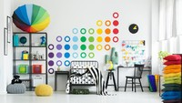 <p>Untuk mendorong kreativitas si kecil, Bunda bisa menghias dinding kamar dengan karya seni sehingga tidak membosankan. (Foto: iStock)</p>