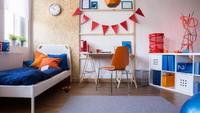 <p>Jika anak sudah beranjak remaja, Bunda bisa mendesain pojok tempat belajar yang simpel namun beri sedikit sentuhan warna pada kursi atau kotak penyimpanan. (Foto: iStock)</p>