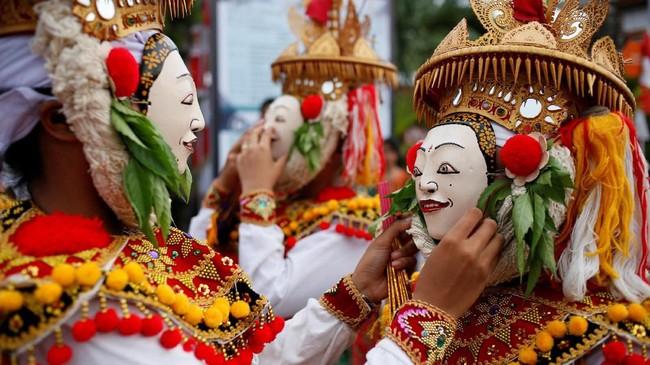Ribuan penari menari massal di beberapa daerah di Indonesia untuk merayakan Hari Tari Sedunia.