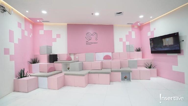 Kantor yang berada di lantai 5 Gedung FX Sudirman, Jakarta Selatan ini memiliki interior serba merah muda.