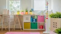 <p>Selain meja belajar, tambahkan rak dan kontainer untuk menyimpan buku dan mainan si kecil agar lebih rapi. (Foto: iStock)</p>