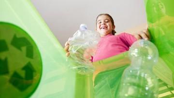 4 Cara Membiasakan Anak Buang Sampah pada Tempatnya