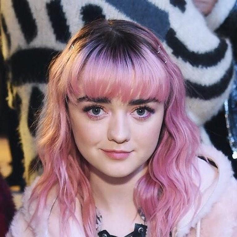 Arya Stark (Maisie Williams) menjadi perbincangan karena aksi fantastisnya dalam lanjutan Game of Thrones. Jauh dari garang, berikut ini foto-foto imut Maisie.