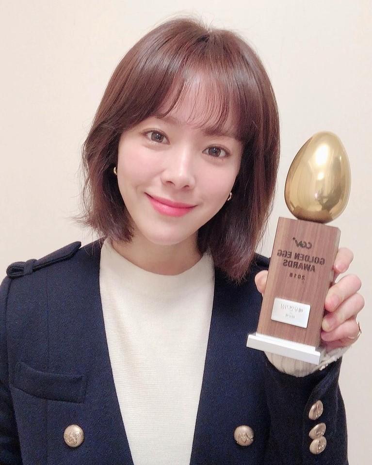 Posisi 8 diisi oleh aktris cantik nan imut, Han Ji Min. Perempuan 36 tahun ini memangkerap tampil memukau dan menginspirasi.