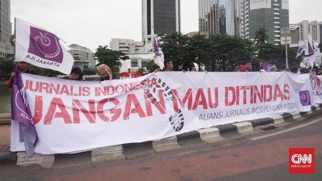 Propam Polrestabes Bandung menyebut masih menyelidiki pelaku kekerasan kepada dua jurnalis saat May Day dan berjanji akan menindak tegas bila terbukti.