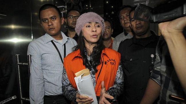 KPK mengagendakan pemeriksaan terhadap Bupati Talaud Sri Wahyumi dan Benhur Lalenoh sebagai tersangka suap pengadaan barang dan jasa terkait revitalisasi pasar.
