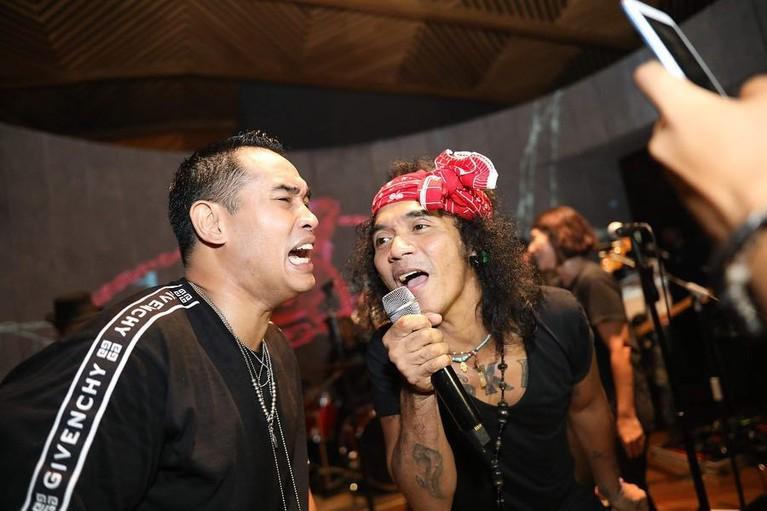 Dalam foto lain, Ardi terlihat ikut bersenandung bersama Kaka Slank dalam perayaan ulang tahunnya. Wah seru banget ya, sekali lagi selamat ulang tahun Ardi Bakrie!