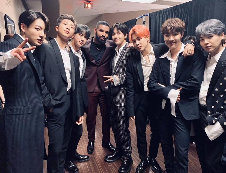 Yang ditunggu oleh para penggemar musik akhirnya BTS berfoto dengan Drake, Penyanyi dengan peraih award terbanyak di BBMAs 2019