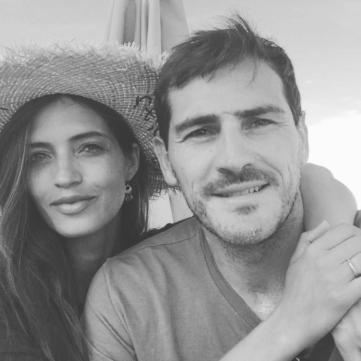 Saat ini Iker Casillas dirawat di RS karena serangan jantung dan sang istri, Sara Carbonero, setia memberi dukungan. Simak momen-momen romantis keduanya, Bun.