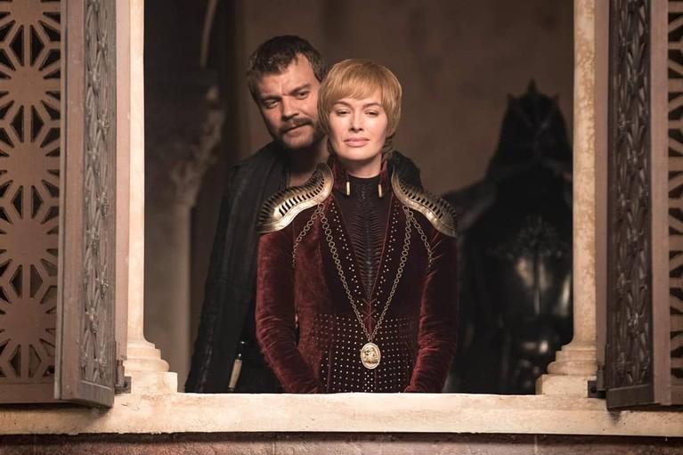 Cersei Lannister bersama dengan Euron Greyjon menatap lautan dari King's Landing.