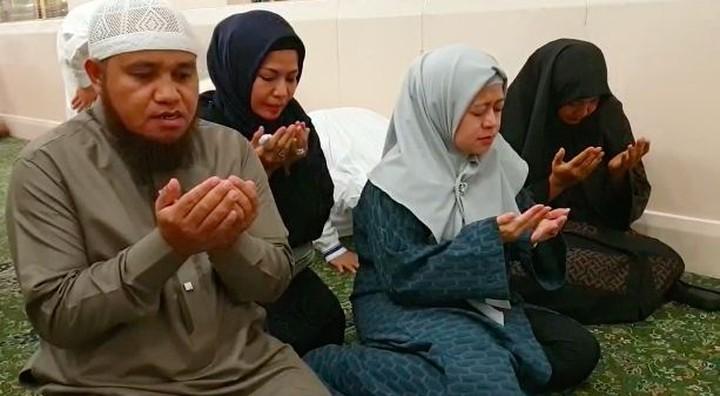 <p>Bersama rombongan dari Dewan Masjid Indonesia, Puan khusyuk berdoa agar bangsa Indonesia diberikan keselamatan dan pemimpin yang amanah. (Foto: Istimewa) </p>