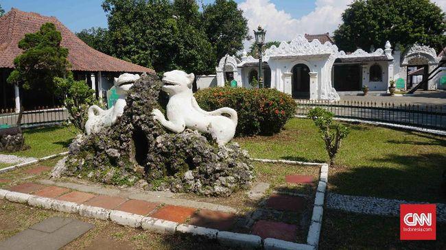 Berbeda dengan panggilan salat yang dikumandangkan di masjid-masjid lain pada umumnya, azan di Masjid Sang Cipta Rasa Cirebon dilakukan tujuh muazzin sekaligus.