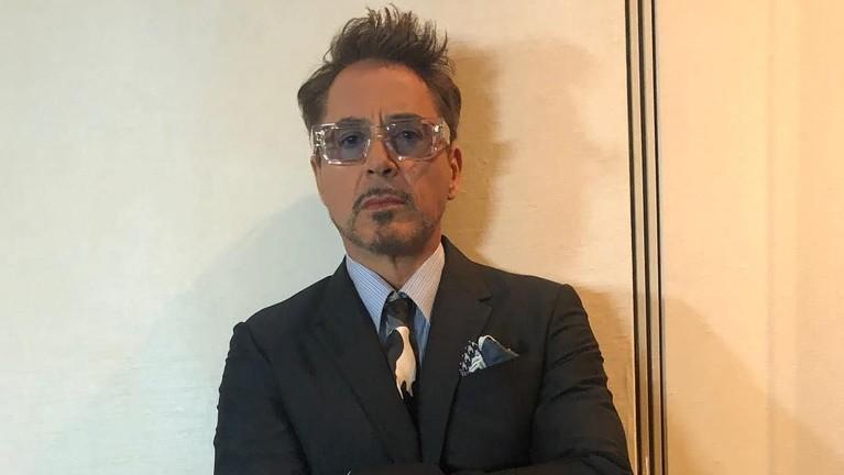 Robert Downey Jr. Pemeran Iron Man ini didaulat menjadi salah satu aktor dengan bayaran tertinggi menurut Forbes. Kekayaannya menduduki peringkat pertama sebagai pemain Avengers: Endgame dengan penghasilan terbesar yaitu Rp3,6 triliun.