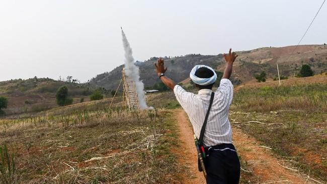 Sekitar 12 hari setelah perayaan tahun baru Myanmar, waktunya komunitas Pa'O menggelar kompetisi roket tahunan di Nantar untuk memohon hujan dan kesuksesan.