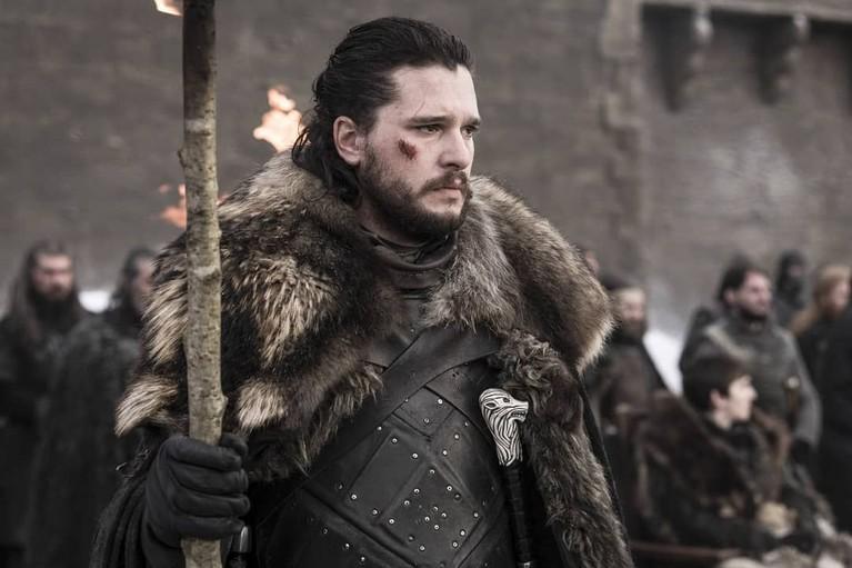 Jon Snow terlihat memang obor, King of The North tampak terlihat memimpin prosesi pembakaran tersebut.