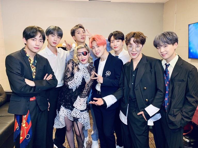 BTS diberi kesempatan untuk berfoto dengan Queen Of Pop Madonna saat di BBMAs 2019 tadi malam.