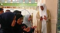 <p>Menko Bidang Pembangunan Manusia dan Kebudayaan (PMK) Puan Maharani mendapat kesempatan berziarah ke makam Nabi Muhammad SAW yang berada di dalam Masjid Nabawi Madinah Al Munawwarah, Arab Saudi pada Rabu (1//5) malam waktu setempat. (Foto: Istimewa)</p>