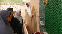 <p>Di dalam kawasan Masjid Nabawi, Puan juga mendapat pengawalan dari Kerajaan Arab Saudi saat masuk ke Raudlah. Tak cuma itu, Puan juga mendapat bimbingan khusus dari penjaga makam untuk berdoa di pusara Nabi Muhammad Saw. (Foto: Istimewa) </p>