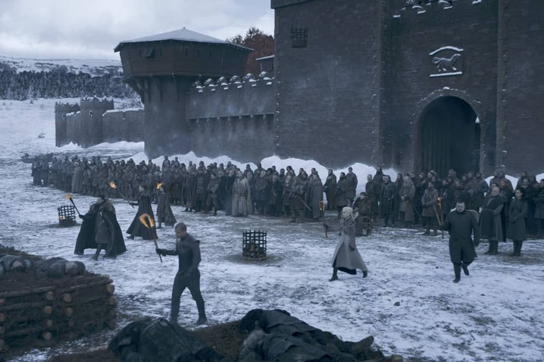 Prosesi pembakaran beberapa prajurit yang gugur dalam peperangan di Winterfell. Terlihat Jon, Arya, Sansa, Sam, Grey Worm, dan Daenerys memegang obor.