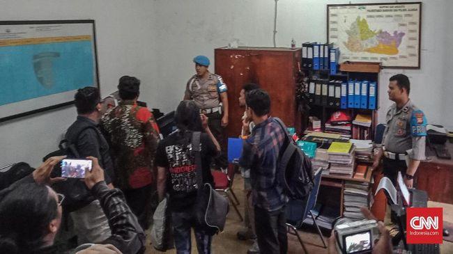 Dua jurnalis Iqbal Kusumadireza dan Prima Mulia melapor ke Propam Polrestabes Bandung usai diduga mengalami penganiayaan oleh oknum polisi saat meliput May Day.
