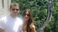 <p>Iker Casillas dan Sara Carbonero termasuk pasangan suami istri yang senang berwisata. Seperti dalam foto ini, keduanya berpose di China. (Foto: Instagram @ikercasillas)</p>