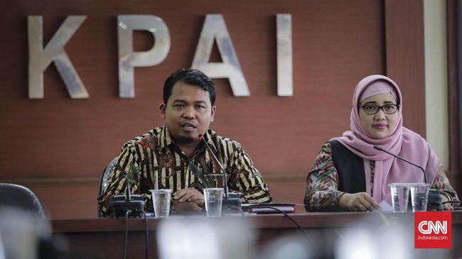 Ketua KPAI Susanto (kiri) Bersama Komisioner Bidang Pendidikan KPAI Retno Listyarti memeberikan keterangan terkait kasus pelanggaran anak di bidang pendidikan. Jakarta, Kamis, 02 Mei 2019.