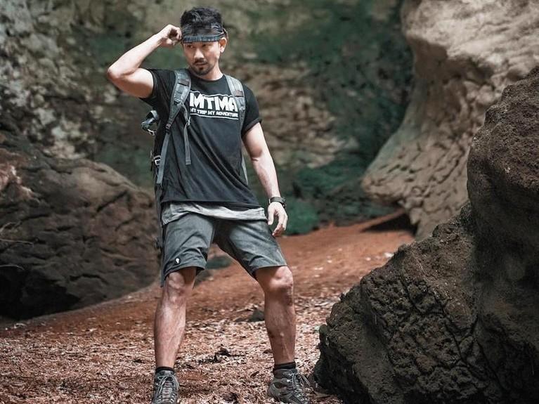 Denny Sumargo atau yang akrab disapa Densu itu terlihat berada di dalam goa yang dipenuhi air dan lumpur.