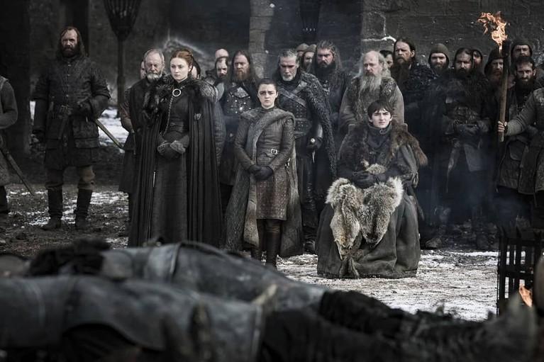 Sisa klan Stark di hadapan tentara yang gugur. Terlihat wajah pilu meski telah memenangkan perang melawan White Walkers.
