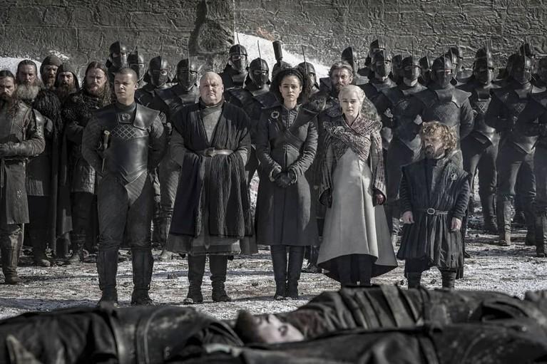Seperti halnya Klan Stark dan aliansinya, aliansi Daenerys Targeryenpun menatap para prajurit yang gugur dengan pilu.