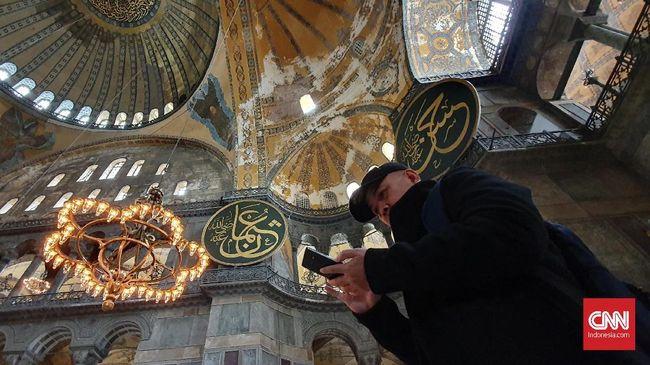 Di beberapa sudut museum Hagia Sophia. terdapat kaligrafi bernuansa Islam dan lukisan bernuansa Kristen.