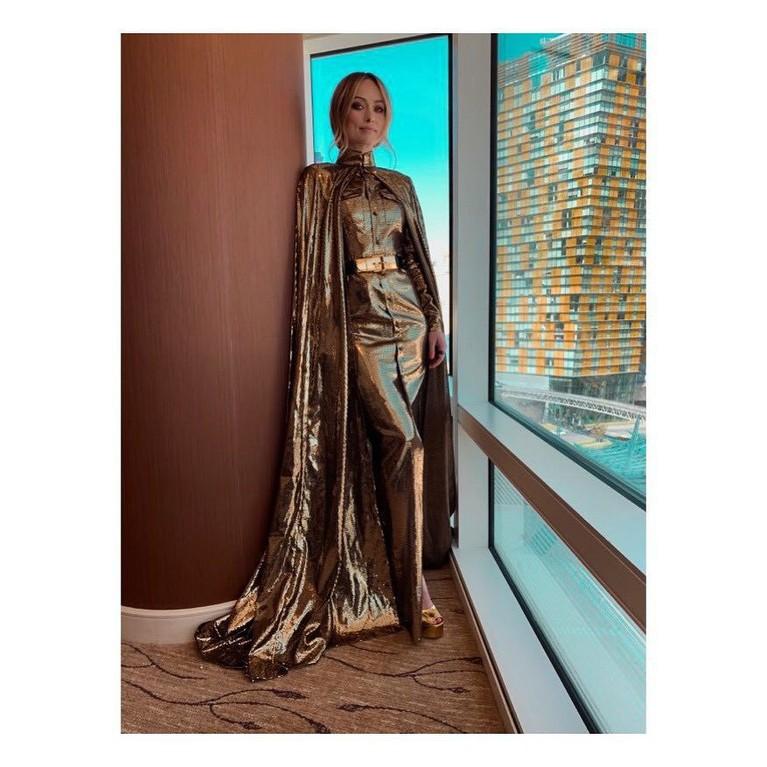 Olivia Wilde,terlihat menawan dengan tampilan dressnya bernuansa semi emas.