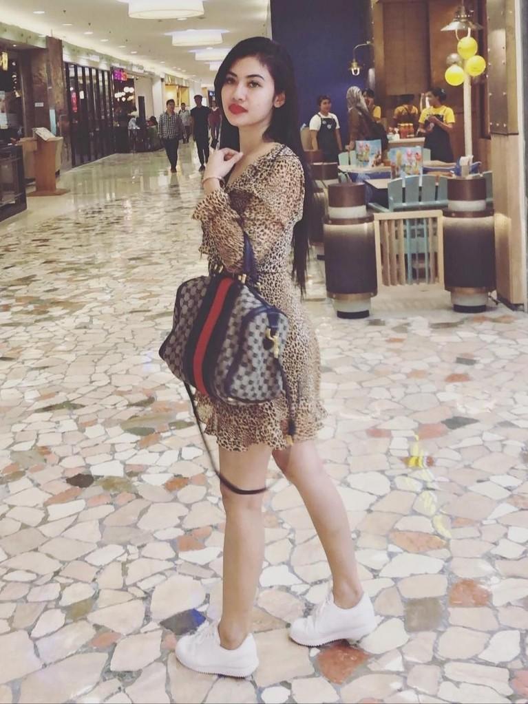 Ia pun kerap tampil modis di beberapa kesempatan, seperti saat berada di pusat perbelanjaan. Della tampak cantik dengan tas di tangan kirinya.
