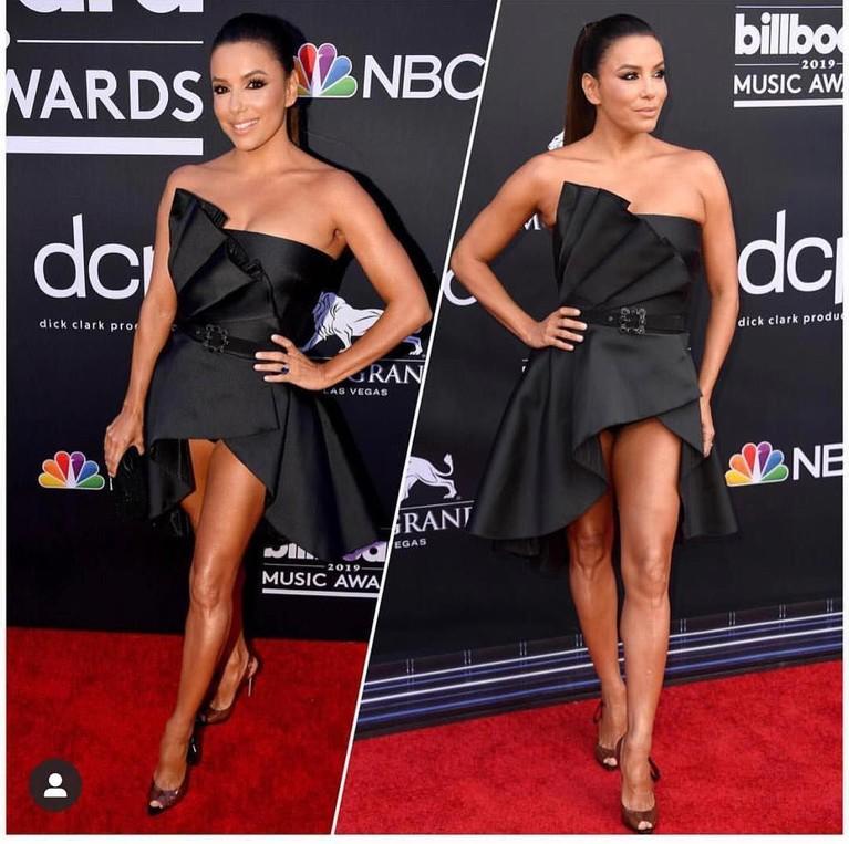 Eva Longoria, menggunakanmini dress hitam dengan pita besar pada sisi kiri bajunya.