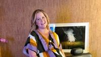 <p><em>Stand-up comedian</em> sekaligus artis Amy Schumer terlihat antusias menyambut anak pertamanya. Amy bahkan sudah belajar bagaimana cara menggendong bayi. <em>So sweet!</em> (Foto: Instagram @amyschumer)</p>
