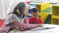 """Quality time sama anak di sini seru lho. Bunda bisa sekalian membiasakan anak untuk gemar membaca. (Foto: Yuni Ayu Amida)<div class=""""gmail_attr"""" dir=""""ltr""""></div>"""