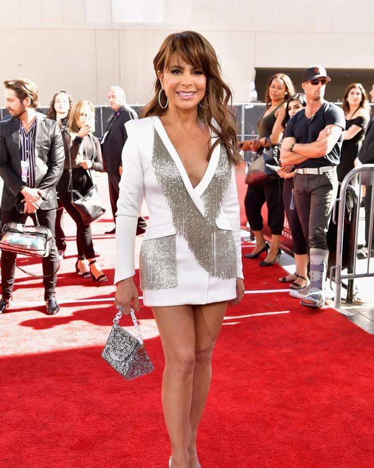 Paula Abdul,mengenakan mini dress dengan warna putih dengan selingan abu-abu pada gaunnya tersebut.