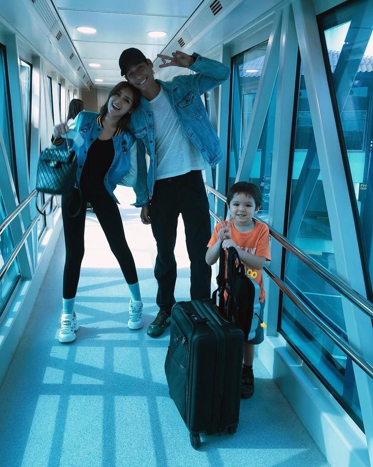Bocah empat tahun itu juga sering berpergian bersama sang ibu dan juga Richard mulai dari keliling Indonesia hingga dunia.