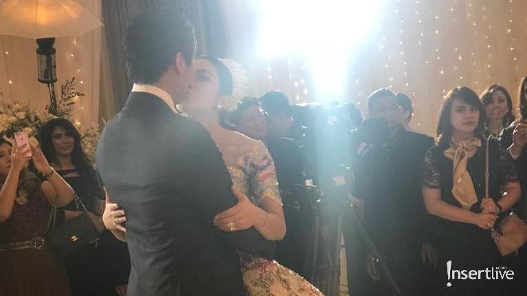 Syahrini juga terlihat berdansa romantis bersama suaminya, Reino Barack.