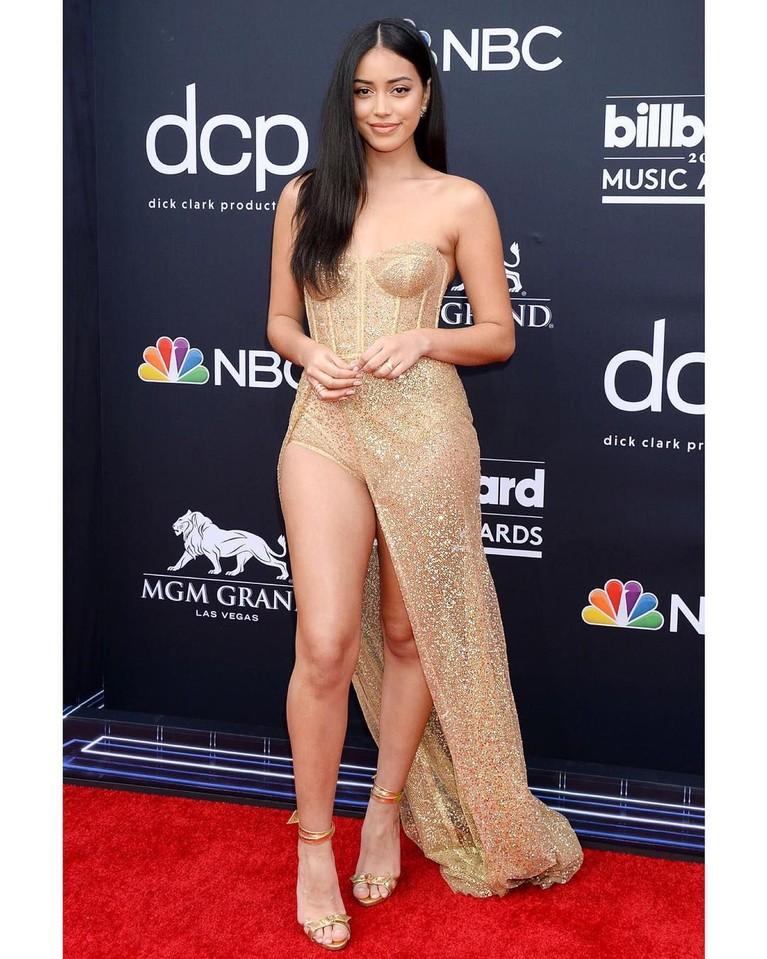 Cindy Kimberly, terlihat manis menggunakan gaun dengan belahan tinggi pada bagian kakinya yang membuatnya terlihat jenjang dan tinggi.