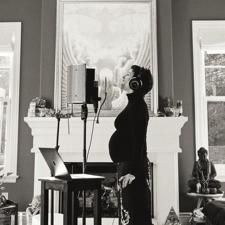 Sejumlah selebriti Hollywood saat ini tengah mengandung, Bun. Ada yang mengandung di usia 44 tahun, dan ada juga yang sedang mengandung anak ketiga.