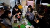Wabah K-Pop yang melanda Jepang membuat gadis-gadis setempat rela meninggalkan sekolah mereka dan mengeluarkan ribuan dolar demi pendidikan jadi idola.